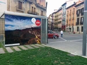 imagen de la campaña en la cristalera del parking de la aduana en Pamplona